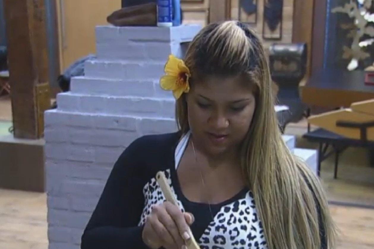 16.ago.2013 - Mulher Filé cozinha com a flor que Beto Malfacini lhe deu na cabeça