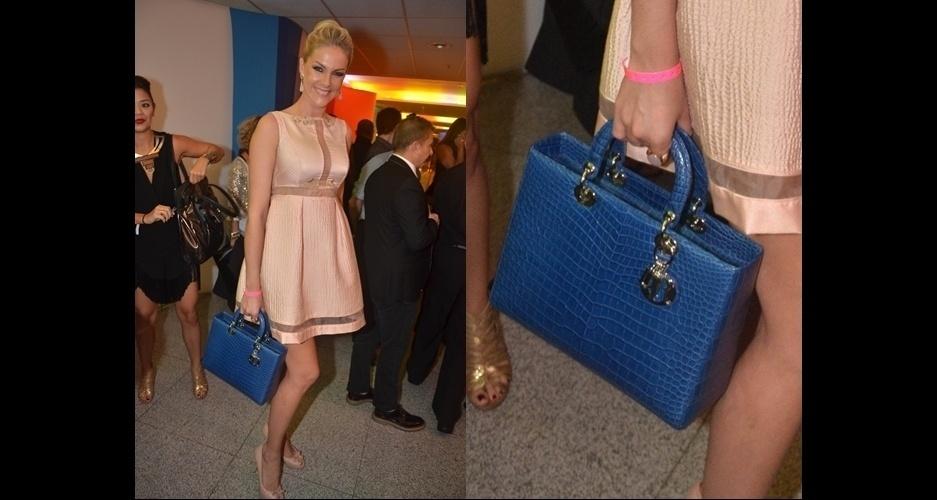 917db3322 Ana Hickmann escolheu a clássica Lady Dior em couro azul. A bolsa segue as  linhas