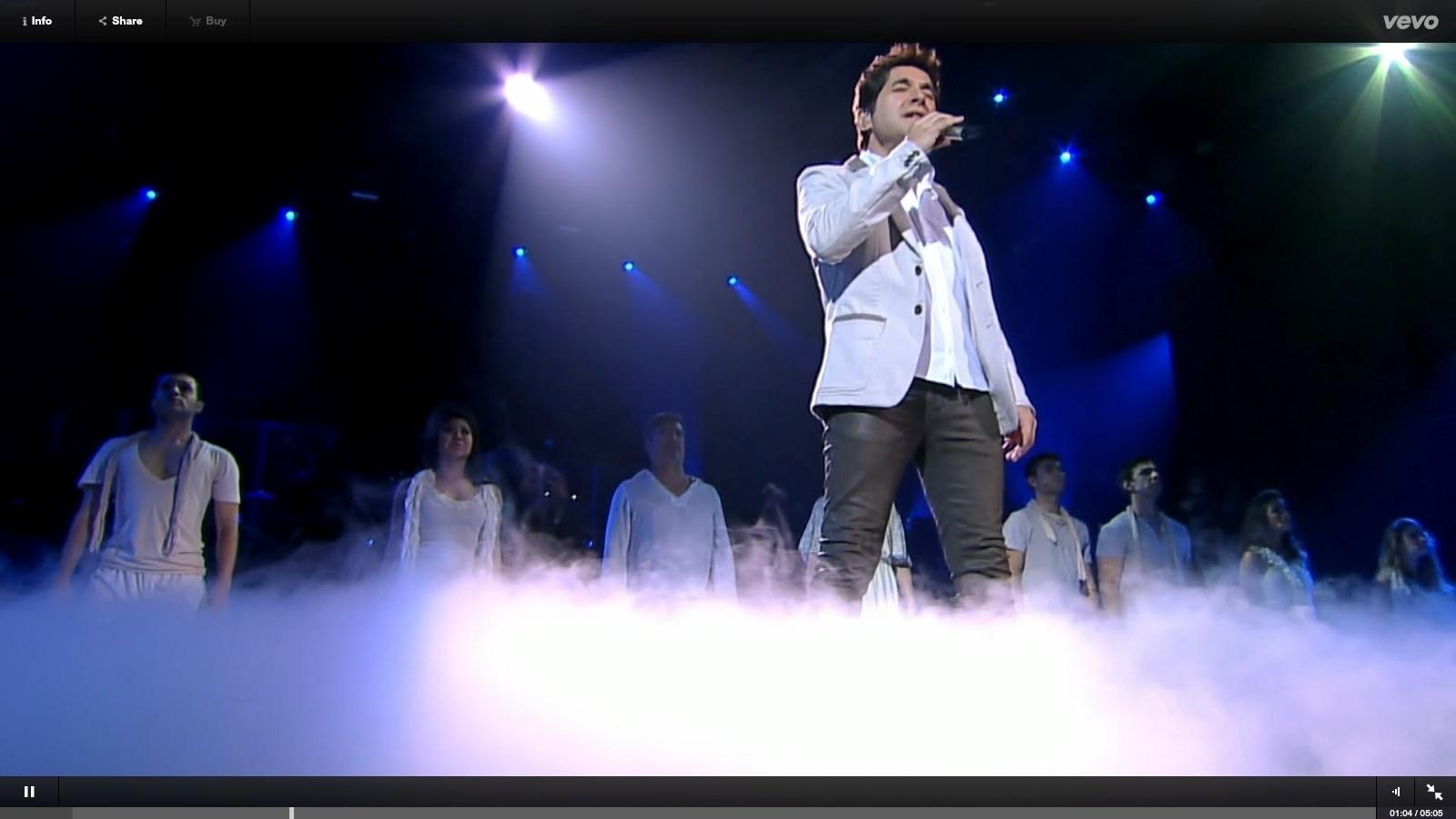 Daniel canta