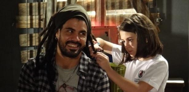 """Em """"Amor à Vida"""", Ninho tenta fazer as pazes com Paulinha e a deixa cortar seu cabelo"""