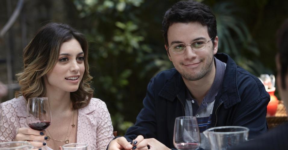 """Em cena de """"O Negócio"""", Luna (Juliana Schalch) leva o namorado de mentira para um almoço de família"""