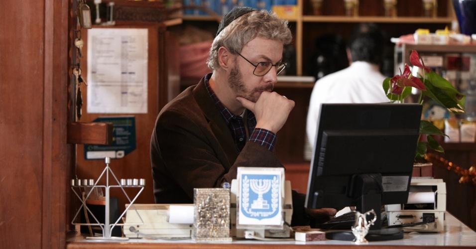 """Em """"O Negócio"""", Guilherme Webber é o agenciador Ariel, um judeu que também é dono de um resturante no bairro do Bom Retiro, em São Paulo"""