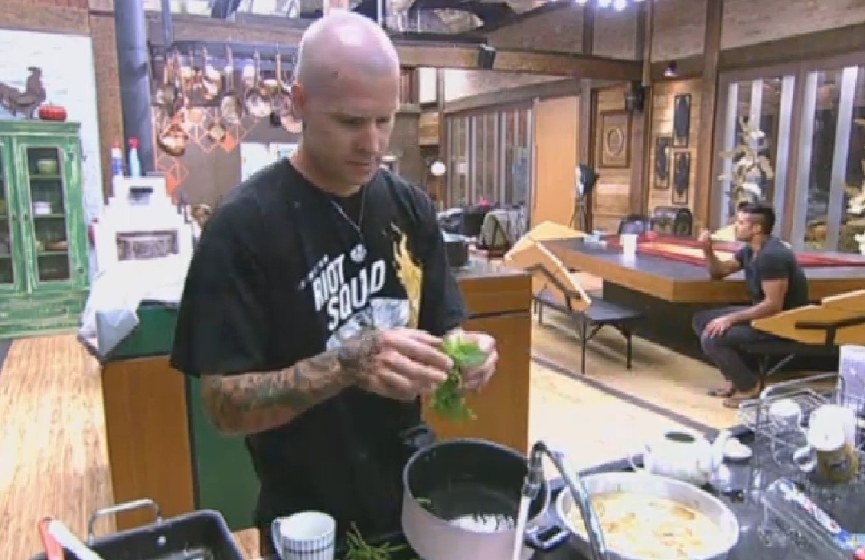 16.ago.2013 - Ao preparar chá de hortelã, Mateus revela que já rejeito teste por ter que dançar axé