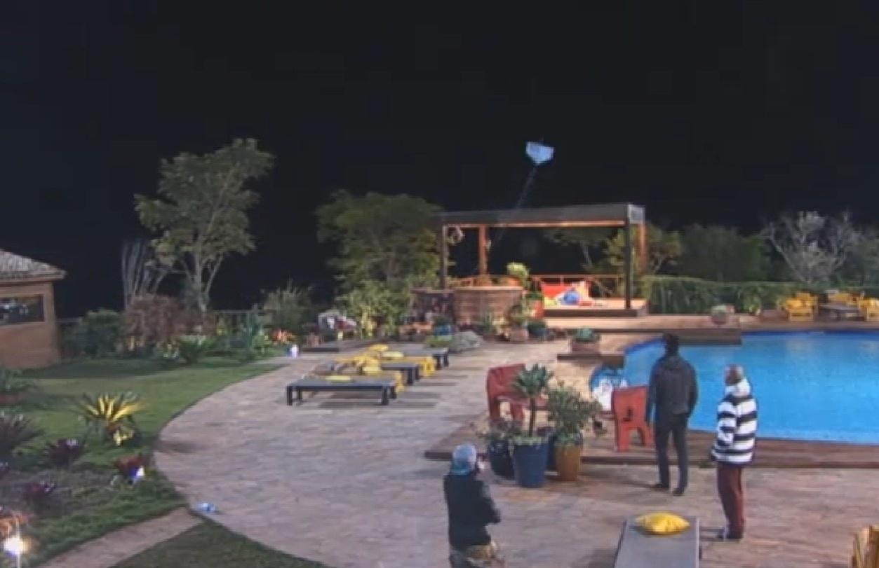 16.ago.2013 - Beto, Mateus e Yudi empinam pipa na noite de sexta-feira