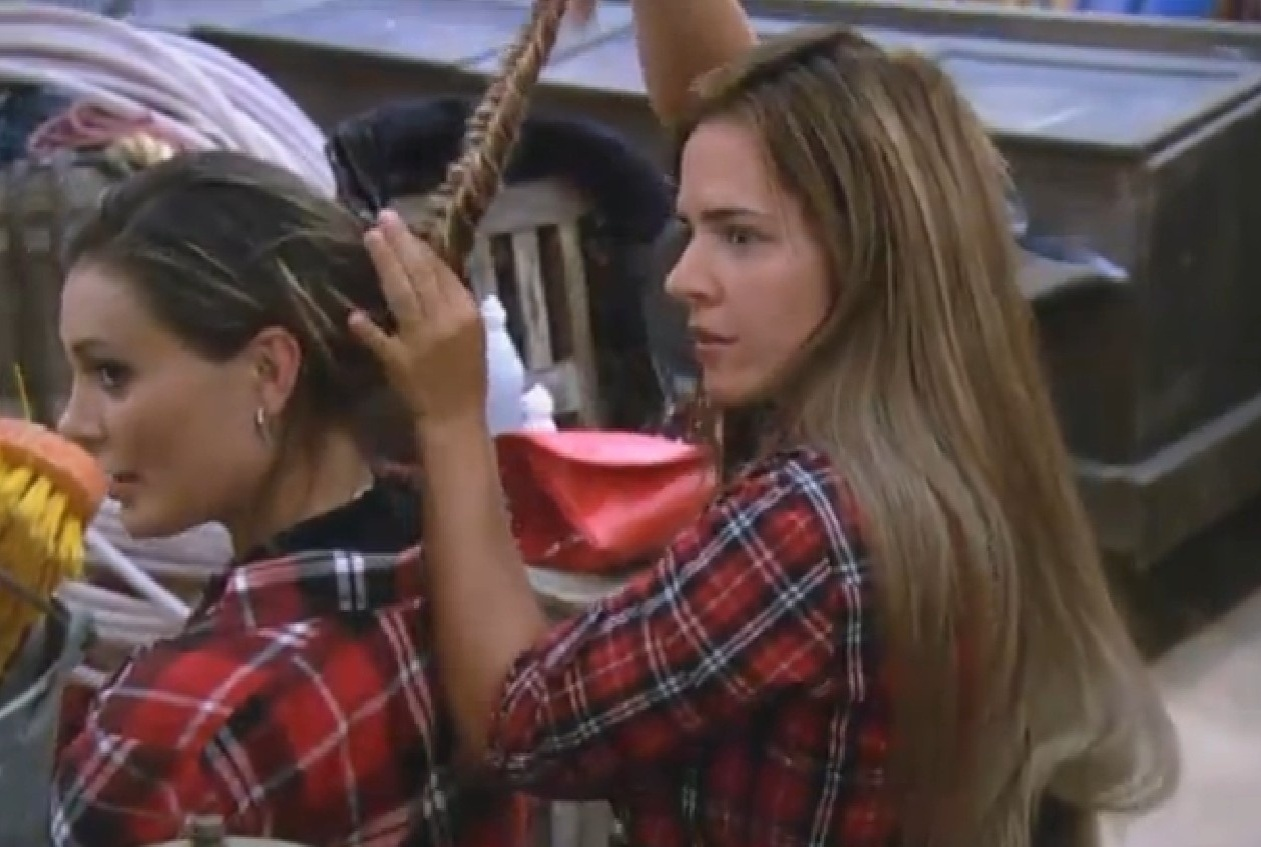 16.ago.2013 - Denise exibe o resultado do penteado que fez em Andressa