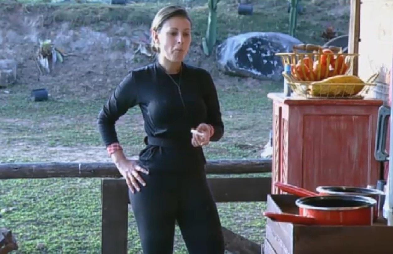 17.ago.2013 - Andressa Urach toma café da manhã no celeiro na manhã deste sábado
