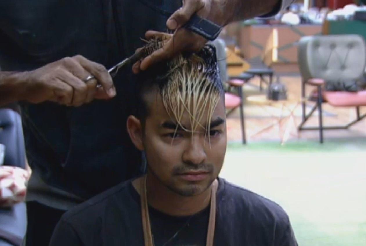 17.ago.2013 - Beto Malfacini também aparou o cabelo de Yudi