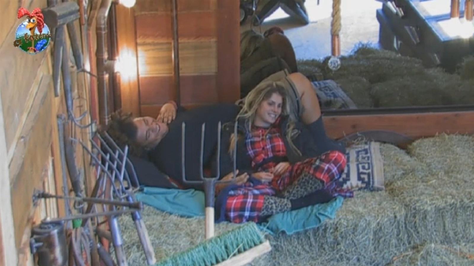 17.ago.2013 - Gominho e Bárbara evans descansam no celeiro na manhã deste sábado