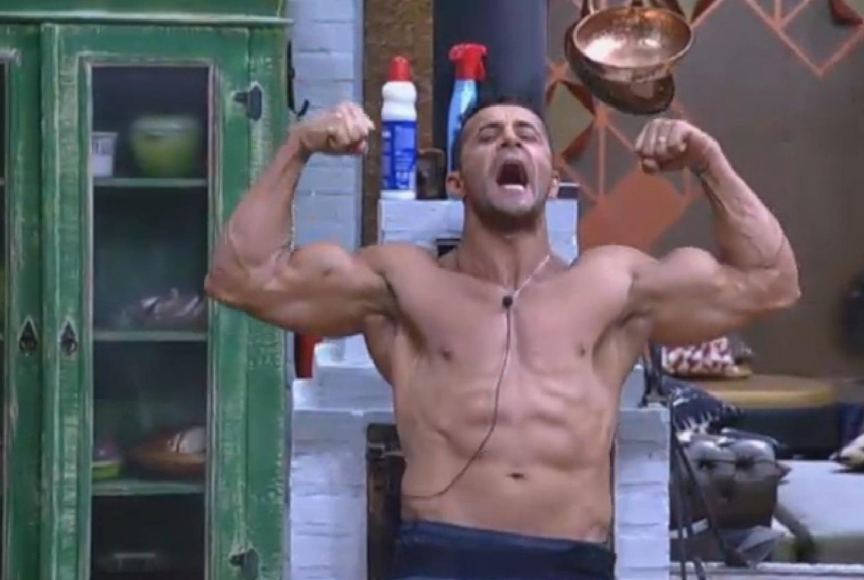 17.ago.2013 - Marcos Oliver exibe os seus músculos na cozinha