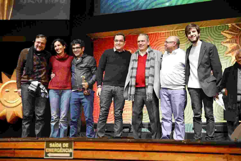 """17.ago.2013 - Elenco e equipe do filme """"Tatuagem"""", de Hilton Lacerda, recebem prêmio de melhor filme no 41º Festival de Cinema de Gramado - Felipe Panfili e Leo Marinho/AgNews"""