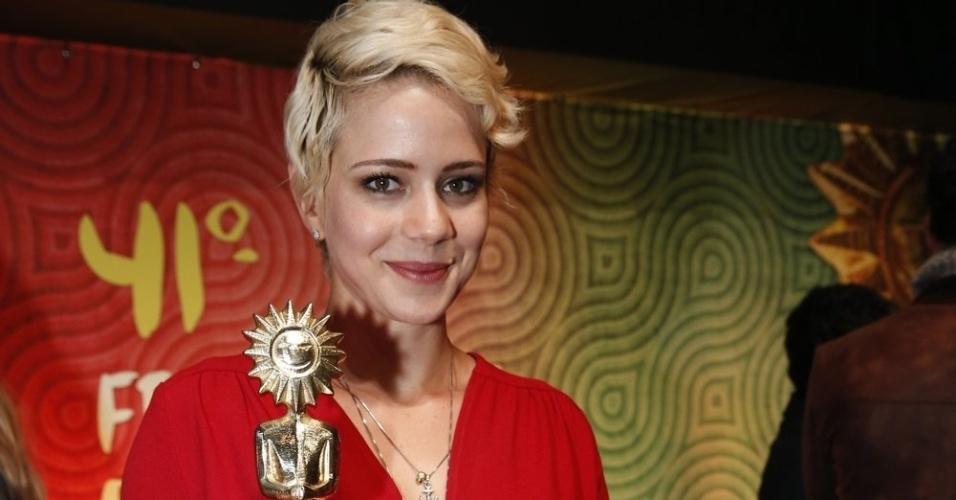 """17.ago.2013 - Leandra Leal ganha Kikito de melhor atriz pelo filme """"Éden"""", de Bruno Safadi, no 41º Festival de Cinema de Gramado"""