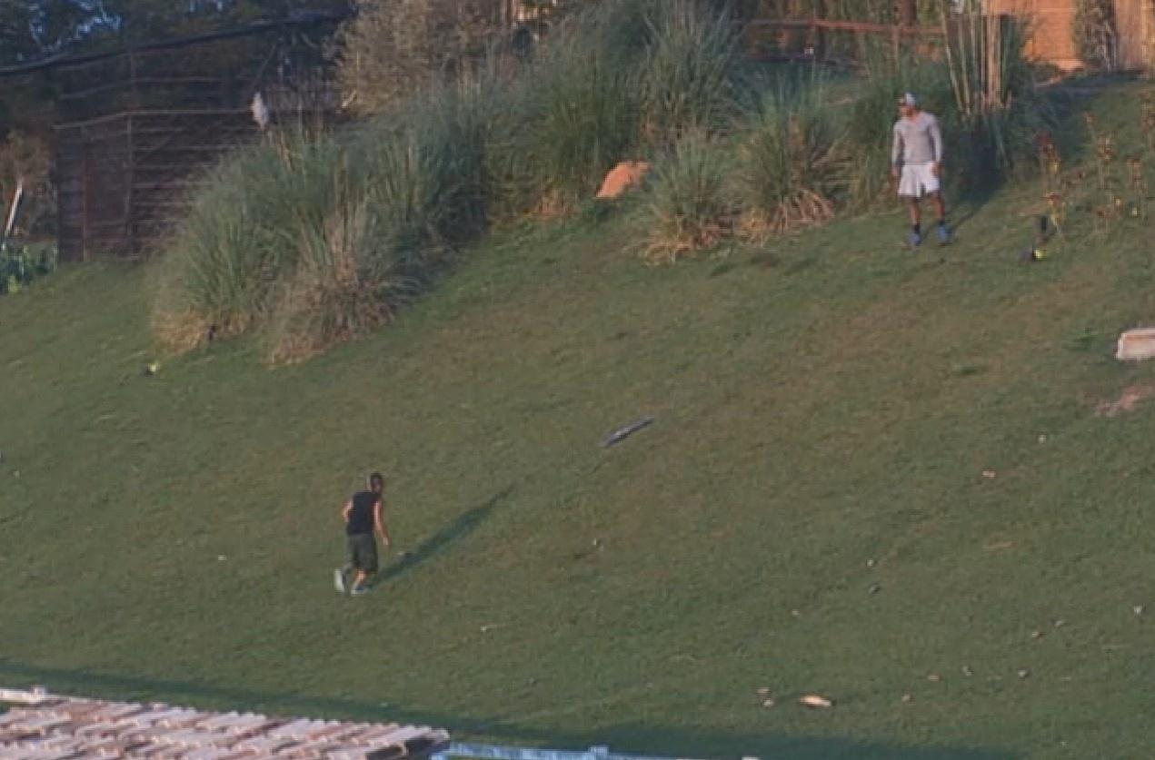 18.ago.2013 - Beto e Yudi brincam de descer barranco escorregando