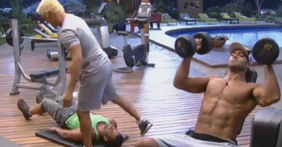 18.ago.2013 - Beto, Oliver e Nunes aproveitam fim de tarde para colocar malhação em dia