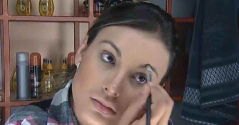 18.ago.2013 - Indicada à roça pelo Fazendeiro Mateus, Andressa Urach faz a maquiagem logo cedo