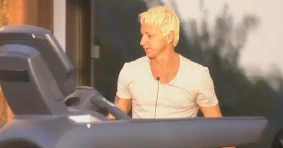 18.ago.2013 - Paulo Nunes diz para Marcos Oliver que está torcendo para Mulher Filé vencer Prova do Fazendeiro