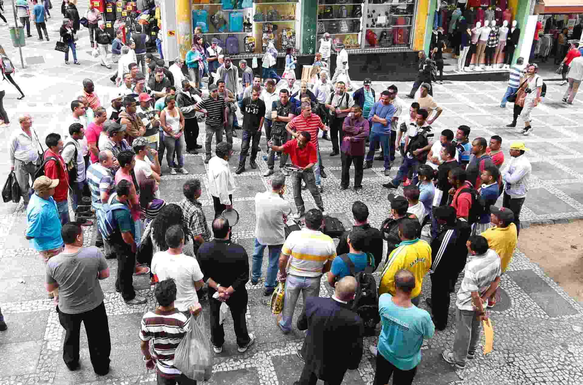 13.ago.2013 - Os emboladores Verde Lins e Pena Branca se apresentam na Rua Quinze de Novembro, no centro de São Paulo - Junior Lago/UOL
