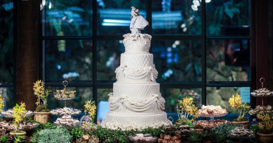 17.ago.2013 - Mesa da doceira Seli Rigazzi (www.selirigazzi.com.br). O bolo branco ao centro da imagem acima sai por R$ 3 mil. A 2ª edição da feira Wedding Outlet foi realizada no Espaço Gardens, na zona oeste da capital paulista