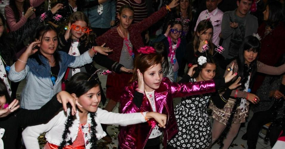 """18.ago.2013 - Giulia Garcia, a Ana de """"Chiquititas"""", dança com amigas da novela em sua festa de aniversário de dez anos. A comemoração aconteceu em um buffet da zona sul de São Paulo"""