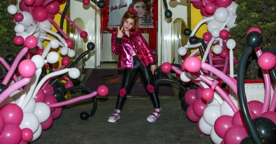 """18.ago.2013 - Giulia Garcia, a Ana de """"Chiquititas"""", faz pose e careta em sua festa de aniversário de dez anos. A comemoração aconteceu em um buffet da zona sul de São Paulo"""