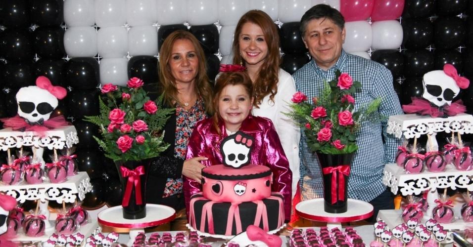 """18.ago.2013 - Giulia Garcia, a Ana de """"Chiquititas"""", posa com a família em sua festa de aniversário de dez anos. A comemoração aconteceu em um buffet da zona sul de São Paulo"""