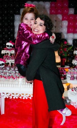 """18.ago.2013 - Giulia Garcia, a Ana de """"Chiquititas"""", recebe carinho de Manuela do Monte, a Carolina, em sua festa de aniversário de dez anos. A comemoração aconteceu em um buffet da zona sul de São Paulo"""