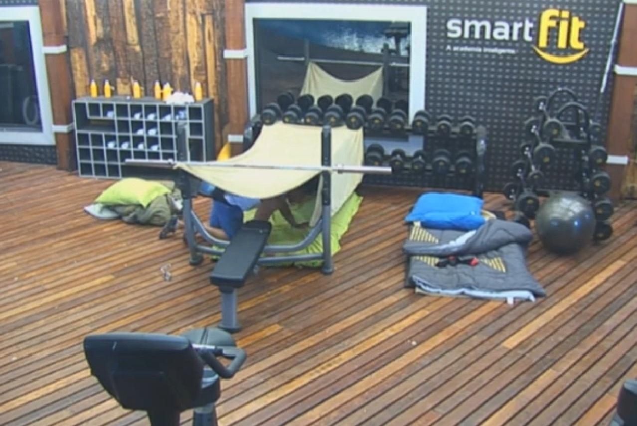 19.08.2013 - Marcos Oliver preparando a sua cama na academia