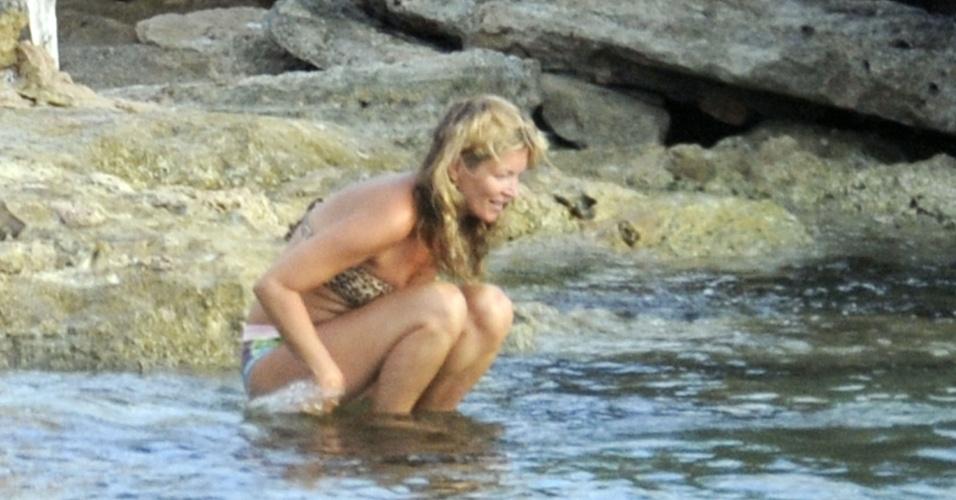 19.ago.2013 - Aos 39 anos, Kate Moss fez topless e exibiu a barriga saliente na ilha de Formentera, na Espanha. A top foi flagrada no local na última quarta-feira, 14