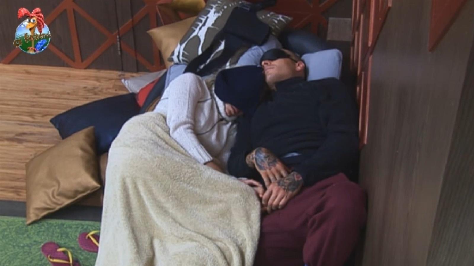 19.ago.2013 - Bárbara Evans e Mateus Verdelho dormem na sala