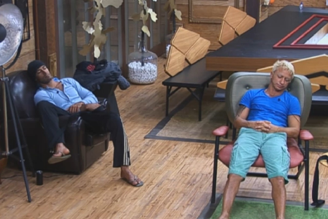 19.ago.2013 - Beto Malfacini e Paulo Nunes dormiram sentados