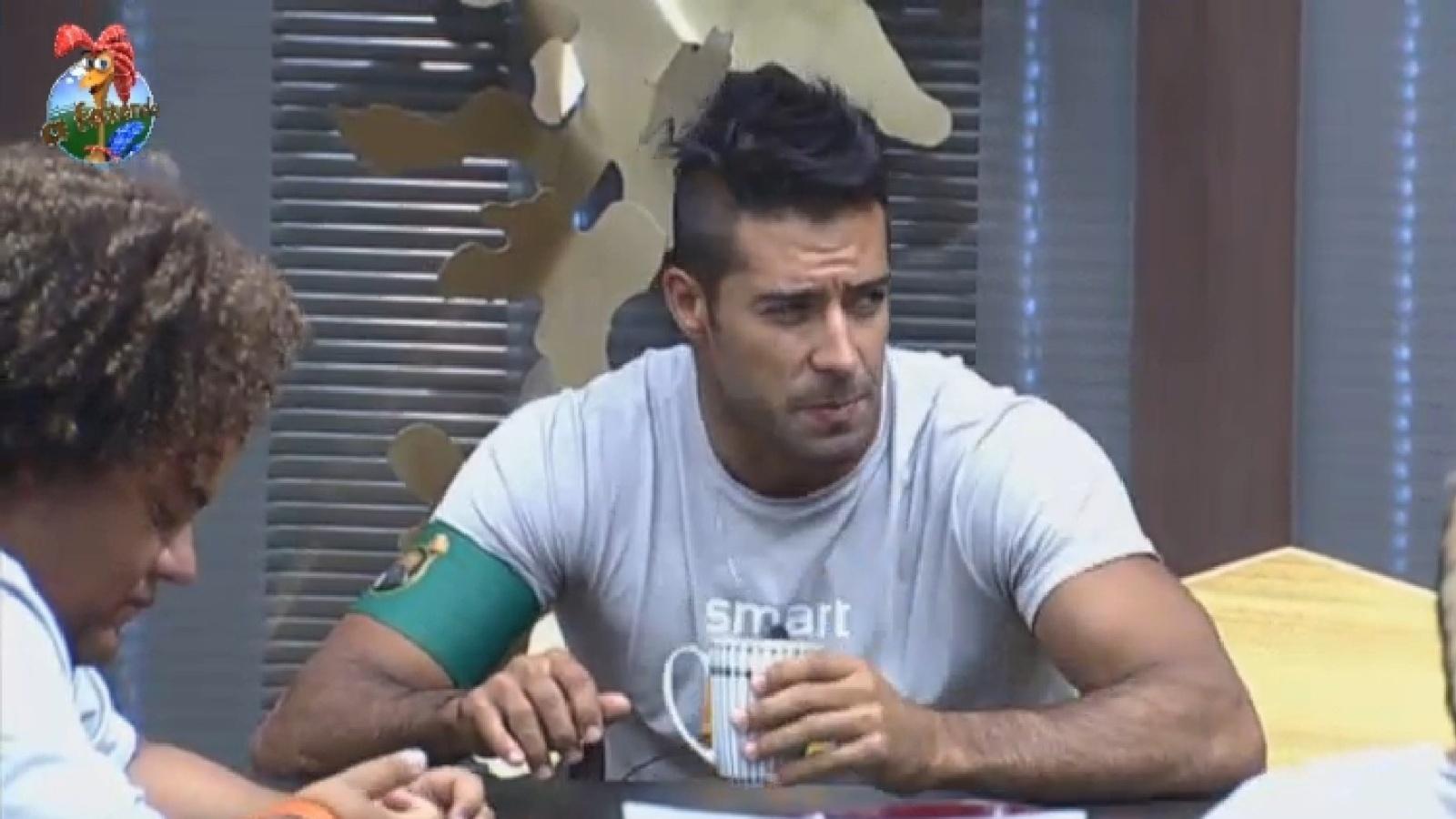 19.ago.2013 - Beto Malfacini toma café enquanto espera para realizar atividade em grupo nesta segunda-feira