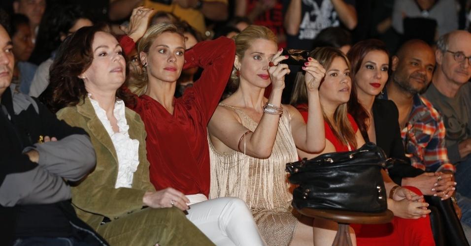 """19.ago.2013 - Carolina Dieckmann, Letícia Spiller e elenco assistem à coletiva de imprensa de """"Joia Rara"""""""
