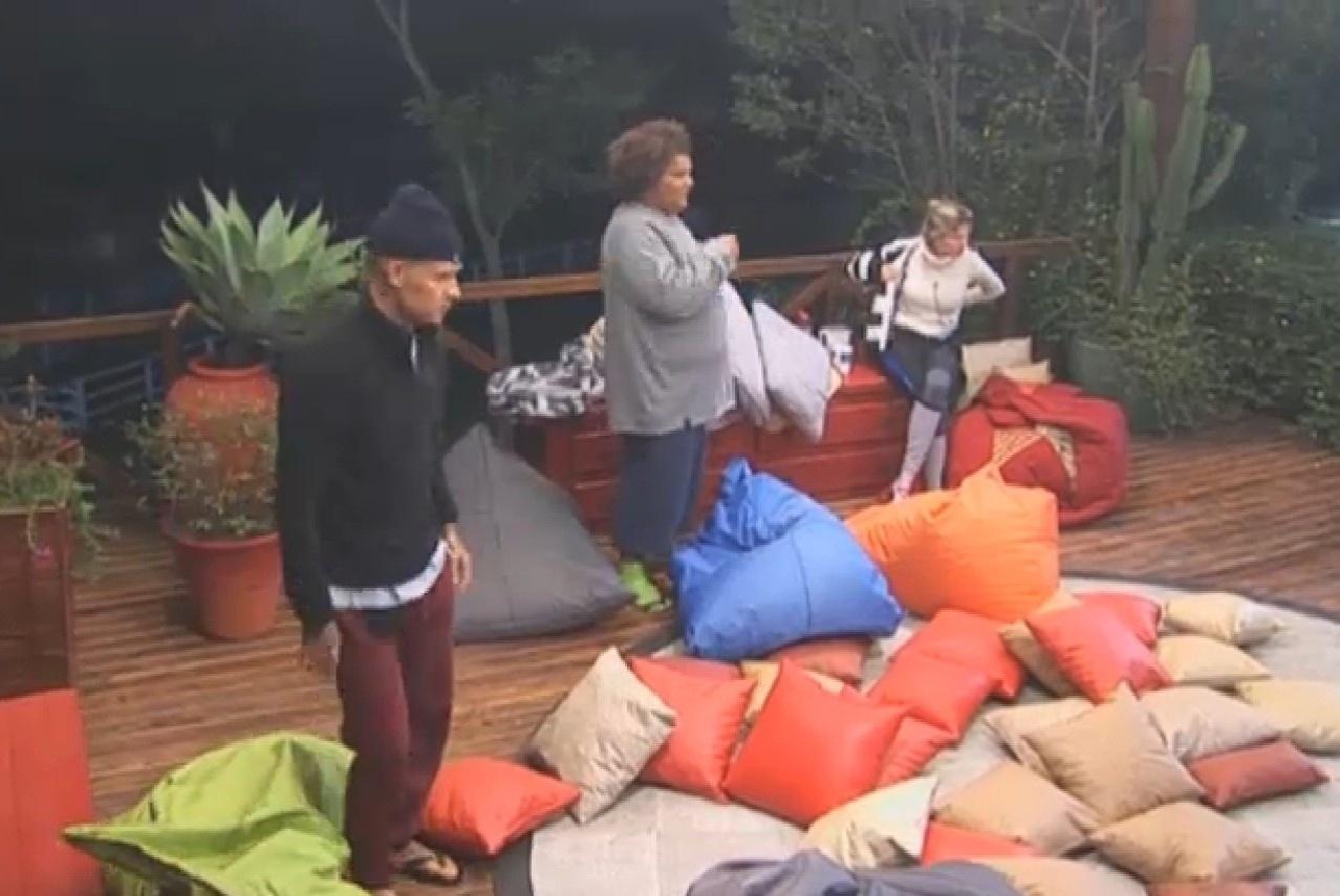 19.ago.2013 - Mateus, Gominho e Bárbara preparando o local que irão passar a noite do lado de fora da casa