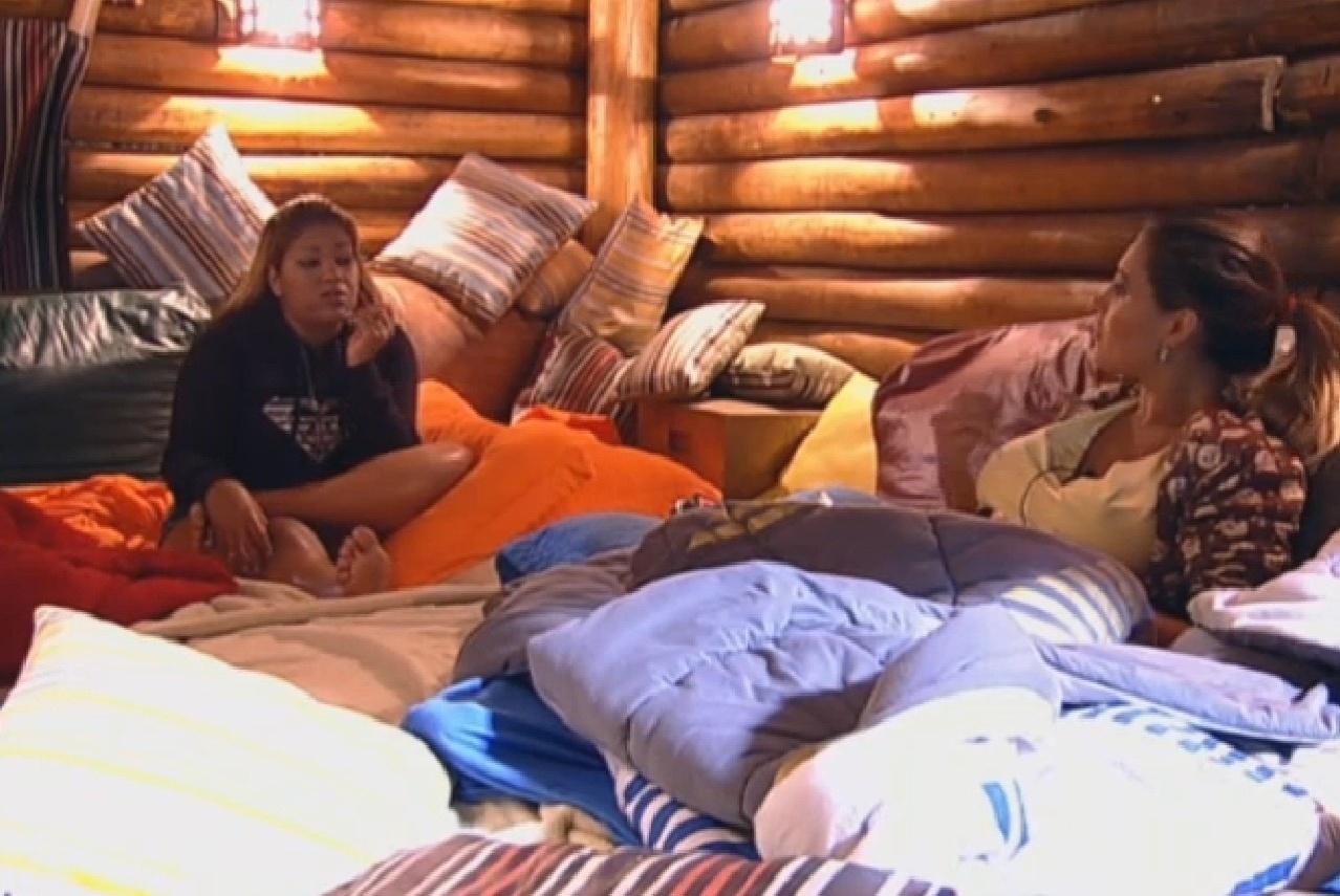 19.ago.2013 - Mulher Filé e Andressa Urach foram dormir na casa da árvore