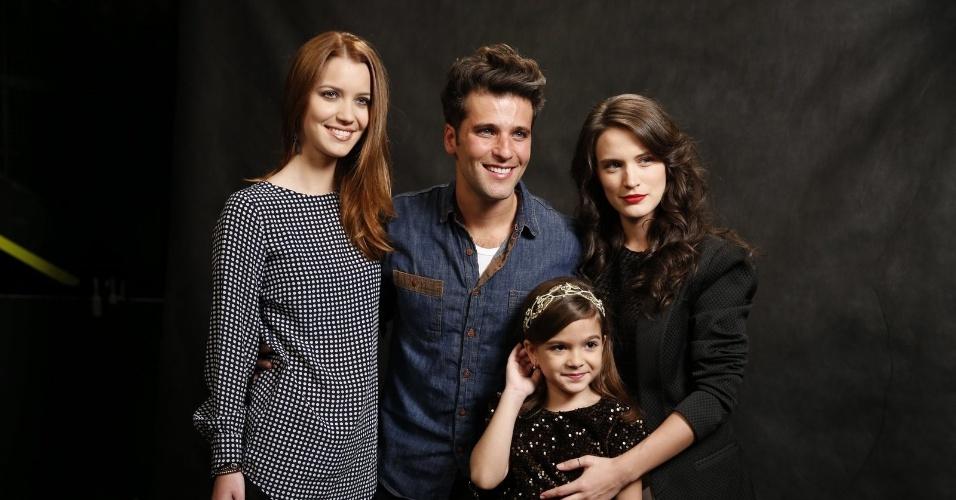 """19.ago.2013 - Nathália Dill, Bruno Gagliasso, Mel Maia e Bianca Bin posam para foto durante coletiva de imprensa de """"Joia Rara"""""""