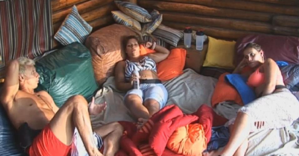 19.ago.2013 - Nunes, Yani e Andressa criticam Bárbara, Mateus, Beto e Gominho em conversa na casa da árvore