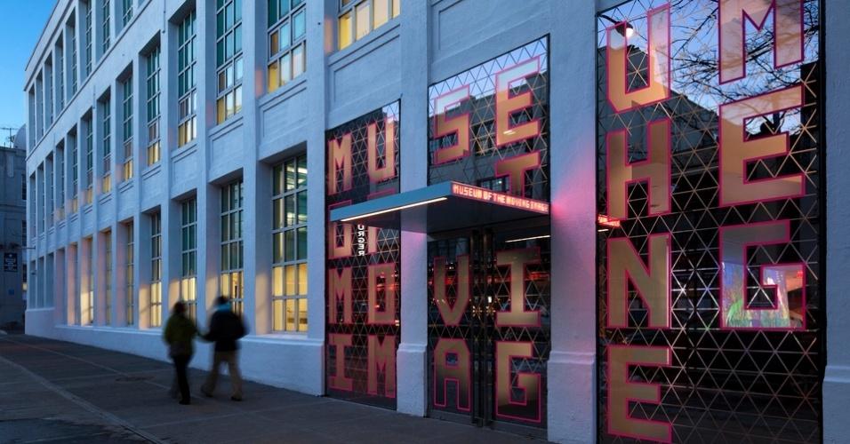 A história e a tecnologia relacionadas ao mundo das imagens em movimento são o tema do Museum of the Moving Image, em Nova York, cujo acervo de130 mil peças conta com produções visuais desde o século 19 até as modernas instalações de arte digital