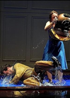 """Apresentação da peça """"A marca da água"""", da Armazém Cia. de Teatro  - Reprodução/ Facebook Armazém Cia. de Teatro"""