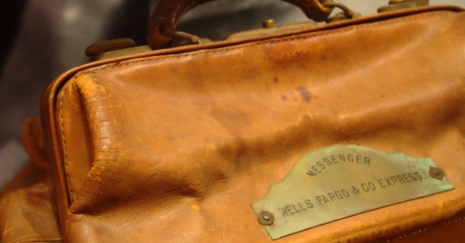Detalhe da bolsa de 1917 utilizada para transporte de bens valiosos do Bank of New York. Esta e outras peças fazem parte do acervo do Museum of American Finance, museu de Nova York dedicado à história financeira dos Estados Unidos