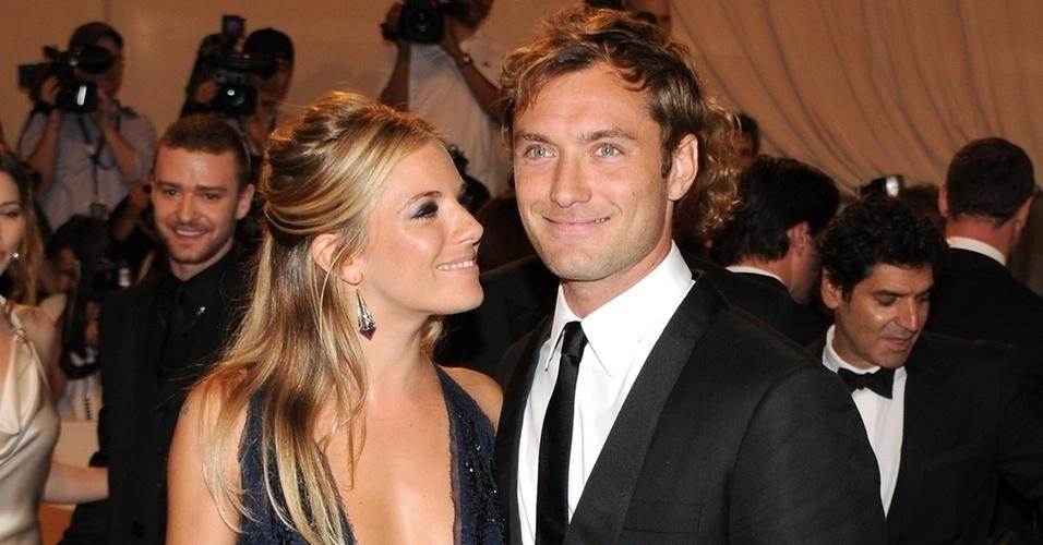 Em 2005, Sienna Miller e Jude Law estavam noivos quando o ator admitiu que traía Miller com a babá de seus filhos.