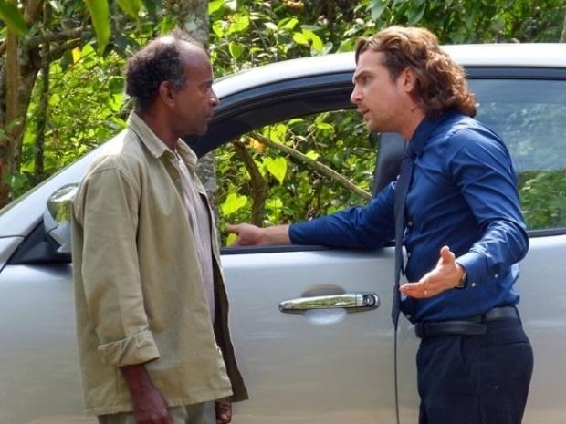 """Em """"Flor do Caribe"""", Alberto se irrita ao saber que Cassiano encontrou jazida"""