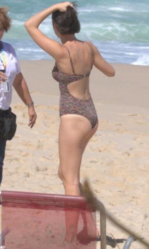 """Em """"Sangue Bom"""", Giane namora com Caio na praia"""