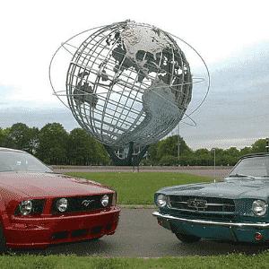 Ford Mustang 2013 e 1964 - Divulgação