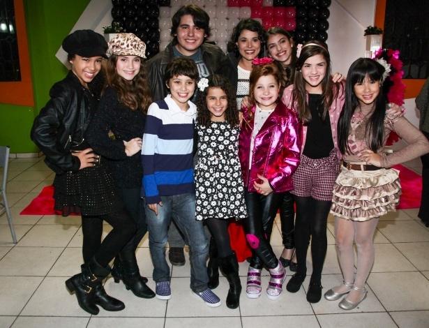 """m18.ago.2013 - Giulia Garcia, a Ana de """"Chiquititas"""", posa com elenco da novela em sua festa de aniversário de dez anos. A comemoração aconteceu em um buffet da zona sul de São Paulo"""