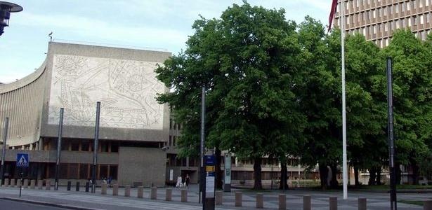 À esquerda, mural de Picasso em prédio do governo em Oslo, na Noruega - © 2005 J. P. Fagerback/Wikimedia Commons