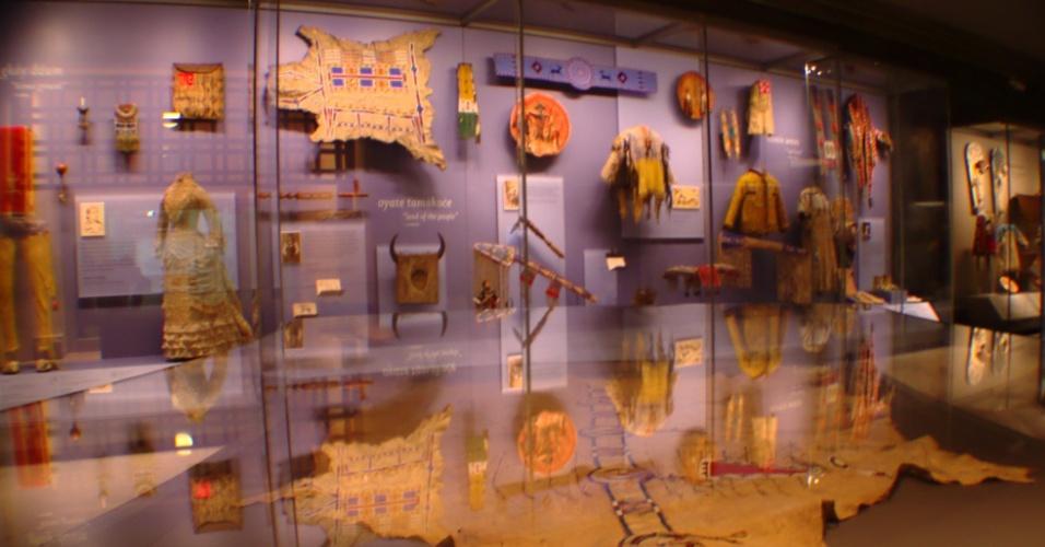 O acervo do National Museum of American Indian, situado em Nova York, possui mais de 800 mil itens relacionados a grupos indígenas espalhados pelo continente americano desde os paleoíndios até a produção atual de artes finais
