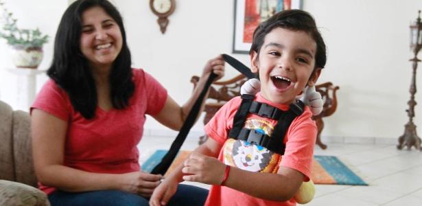 Com receio de encarar um aeroporto lotado com o filho, Suelen comprou a mochila-coleira para o filho, Théo - Reinaldo Canato/UOL