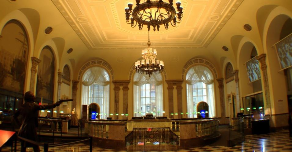 Vista do salão principal do Museum of American Finance, museu de Nova York com acervo de mais de dez mil peças dedicadas à história financeira dos Estados Unidos