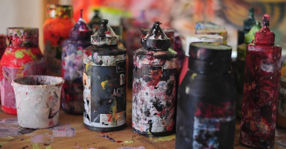 16.ago.2013 - O UOL visita o ateliê do artista paulista Henrique Oliveira em São Paulo. Henrique está se preparando para expor em Frankfurt dentro de uma mostra dedicada a instalações brasileiras
