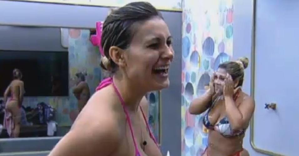 19.ago.2013 - Durante banho, Andressa conta para Filé como conquistou bumbum perfeito