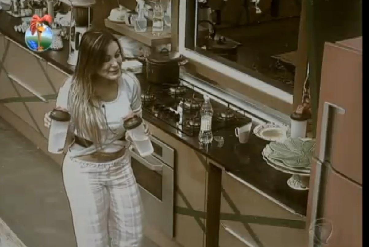 19.ago.2013 - Vinagre na água: Gominho é vítima de brincadeira de Andressa e Yani de Simone